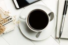 Kaffee im Büro lizenzfreie stockfotografie