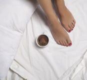 Kaffee im Bett Stockfotos