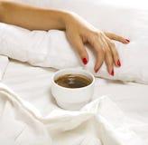 Kaffee im Bett stockbild