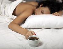 Kaffee im Bett lizenzfreie stockfotos