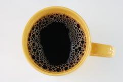Kaffee im gelben Becher lizenzfreies stockbild