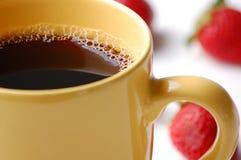 Kaffee im gelben Becher lizenzfreies stockfoto