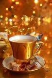 Kaffee im Goldcup Stockbild