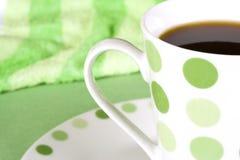 Kaffee im grünen punktierten Becher Lizenzfreies Stockbild