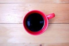 Kaffee im roten Becher Lizenzfreies Stockbild