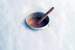 Kaffee im Schnee stockfotografie