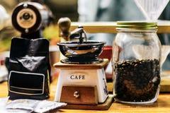 Kaffee im schulterfreien Café im ettalase stockbild