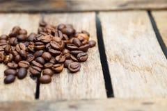 Kaffee Kaffeebohnen auf einem hölzernen Hintergrund Stockfotos