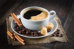 Kaffee, Kaffeebohnen, Gewürze, Sternanis, Zimt, Zucker, Segeltuch stockfoto