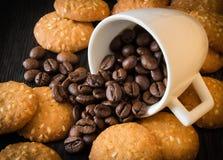 Kaffee, Kaffeebohnen, Gewürze, Zimt, Zucker, Plätzchen, Samen des indischen Sesams lizenzfreies stockbild