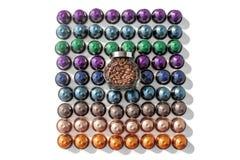 Kaffee kapselt verschiedene Farben und Glasgefäß mit Kaffeebohnen auf dem weißen lokalisierten Hintergrund ein stockfoto