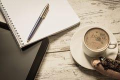 Kaffee, Kuchen, Tablette, Notizbuch und Stiftnahaufnahme auf hölzernem Hintergrund der Weinlese Beschneidungspfad eingeschlossen  Lizenzfreie Stockbilder