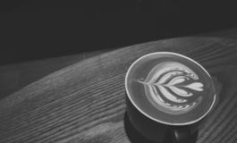 Kaffee Latte-Art Original-Muster lizenzfreie stockbilder