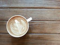 Kaffee Latte auf hölzerner Tabelle Stockfotos