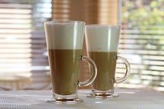 Kaffee Latte in einem hohen Glas Stockfotografie