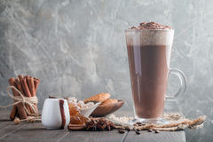 Kaffee Latte in einem hohen Glas lizenzfreie stockbilder
