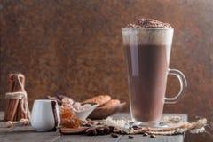 Kaffee Latte in einem hohen Glas lizenzfreies stockbild