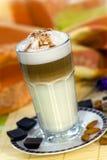 Kaffee Latte Macchiato in einem Glas Stockfoto