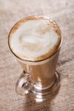 Kaffee latte mit Nahaufnahmeschaum auf rustikalem lizenzfreies stockfoto