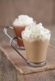 Kaffee Latte und heiße Schokolade mit gepeitschter Sahne lizenzfreies stockbild