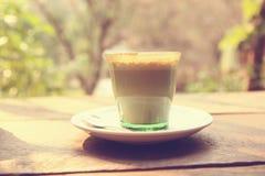 Kaffee Lattekunst auf dem hölzernen Beschaffenheitshintergrund Lizenzfreies Stockbild