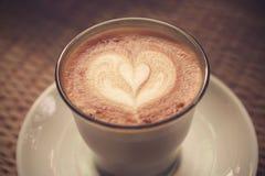 Kaffee Lattekunst auf Tischdeckenbeschaffenheit Lizenzfreie Stockfotografie
