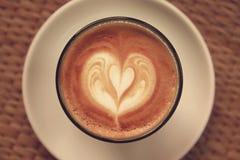 Kaffee Lattekunst auf Tischdeckenbeschaffenheitshintergrund Stockbilder