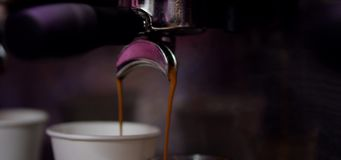 Kaffee laufen aus Mechanik aus stock video