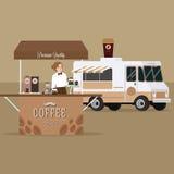 Kaffee-LKW-Anhänger mit der Kellnerinumhüllung, die in im Freien steht Stockfoto