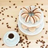 Kaffee macarons auf einem Stand Lizenzfreie Stockbilder