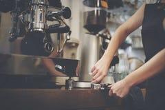 Kaffee-Maschine Portafilter-Dampf Barista Shop Concept lizenzfreies stockfoto