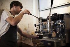 Kaffee-Maschine Portafilter-Dampf Barista Shop Concept lizenzfreies stockbild
