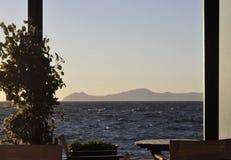 Kaffee mit Ansicht über das Meer Stockbilder