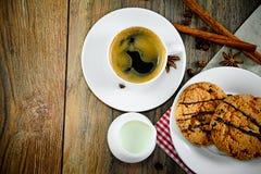 Kaffee mit Bäckerei auf Woody Retro Background Stockfoto