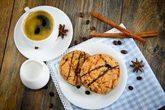 Kaffee mit Bäckerei auf Woody Retro Background stockfotos