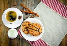 Kaffee mit Bäckerei auf Woody Retro Background lizenzfreies stockbild