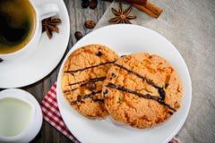 Kaffee mit Bäckerei auf Woody Retro Background lizenzfreie stockfotos