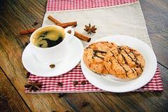 Kaffee mit Bäckerei auf Woody Retro Background Lizenzfreie Stockfotografie