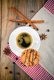 Kaffee mit Bäckerei auf Woody Retro Background Lizenzfreies Stockfoto