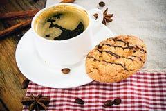 Kaffee mit Bäckerei auf Woody Retro Background Stockbild