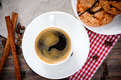 Kaffee mit Bäckerei auf Woody Retro Background Lizenzfreie Stockbilder