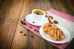 Kaffee mit Bäckerei auf Woody Retro Background Stockbilder