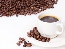 Kaffee mit Bohnen Lizenzfreie Stockfotos