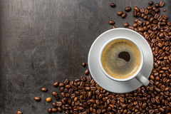 Kaffee mit Bohnen Stockfoto