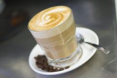 Kaffee mit Bohnen Stockbild