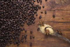 Kaffee mit braunem Zucker und Anis auf altem hölzernem Hintergrund Lizenzfreies Stockbild