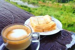 Kaffee mit Brot im Garten Stockfotos