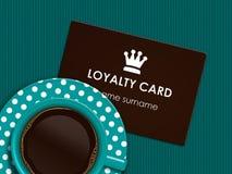 Kaffee mit der Loyalitätskarte, die auf Tischdecke liegt Lizenzfreies Stockfoto