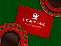 Kaffee mit der Loyalitätskarte, die auf Tischdecke liegt Stockfoto