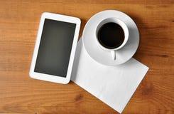 Kaffee mit digitaler Tablette Stockbild